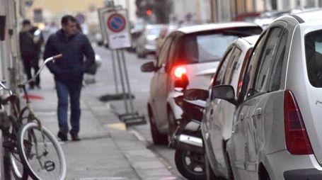 Il divieto di sosta in via Sproni sta provocando enormi disagi tra i residenti (Foto Novi)