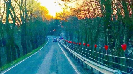 La sequenza di 70 palloncini rossi esposti in occasione di San Valentino