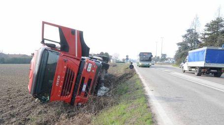 Il camion ribaltato (foto Donzelli)