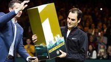 Roger Federer premiato per essere tornato numero 1 al mondo (Ansa)