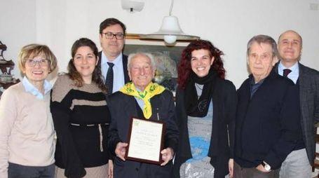 Francesco Riga, con il foulard giallo, festeggiato dalla Coldiretti