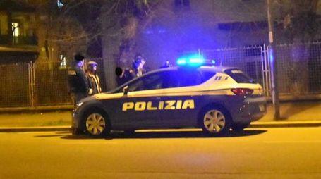 La Volante della polizia è accorsa in via Tonale, nei pressi dell'incrocio con viale Ramazzini, per avviare le indagini