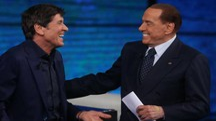 Silvio Berlusconi scherza con Gianni Morandi a 'Che tempo che fa' (Lapresse)