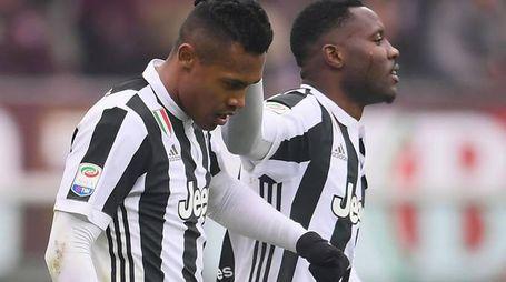 Alex Sandro festeggiato da Asamoah dopo il gol che ha deciso il derby della Mole
