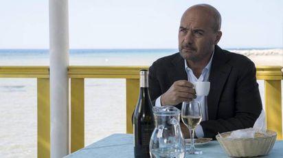 """Una foto di scena di """"Amore"""" della serie """"Il commissario Montalbano"""" (Ansa)"""