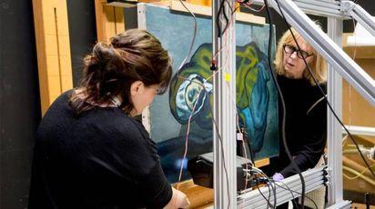 Ricercatori al lavoro sul Picasso - Foto: AGO/PA Wire/LaPresse