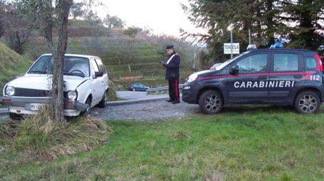 La strada della tragedia con i carabinieri che fanno i rilievi