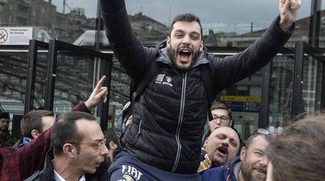 Paolo Galbiati portato in trionfo dai tifosi torinesi felici e commossi (LaPresse)
