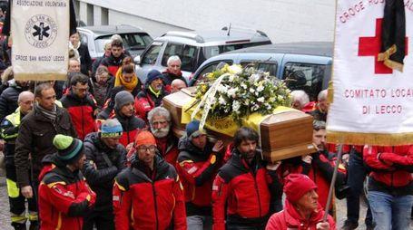 I colleghi del Soccorso alpino portano in chiesa il feretro di Giovanni Giarletta
