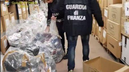 Rimini, i capi d'abbigliamento contraffatti trovati dalla Guardia di Finanza