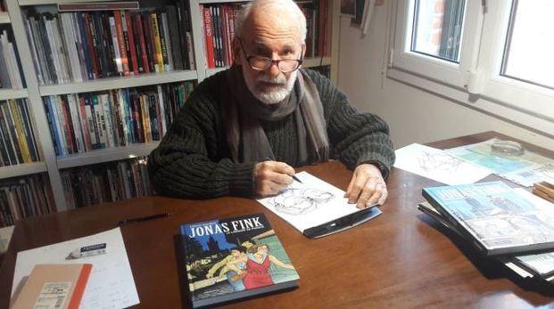 Vittorio Giardino al suo tavolo di lavoro