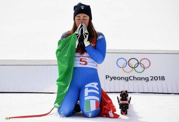 Sofia Goggia festeggia con la bandiera italiana (Ansa)