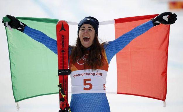 Sofia Goggia festeggia con la bandiera italiana (Ansa)Sofia Goggia festeggia con la bandiera italiana (Ansa)