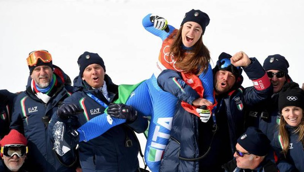 Sofia Goggia festeggia con lo staff azzurro (Ansa)