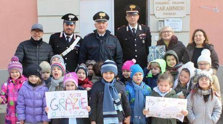 I bimbi con i carabinieri e gli educatori