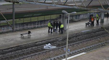 Soccorritori e agenti Polfer alla stazione di Quarto Oggiaro (Newpress)