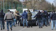 I tifosi assediano l'auto di Gatto