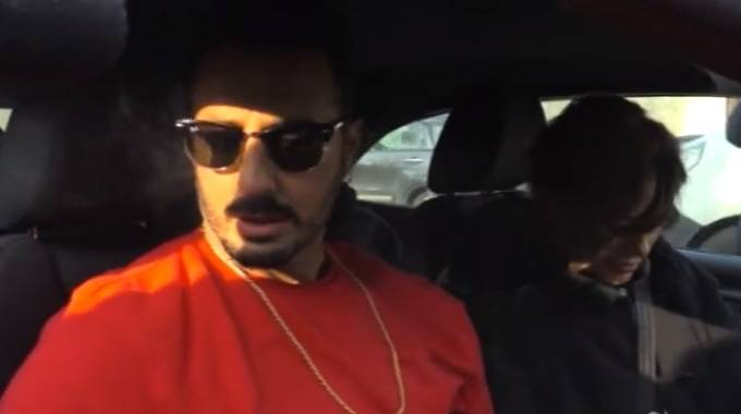 Fabrizio Corona esce dal carcere (fotogramma video Lapresse)