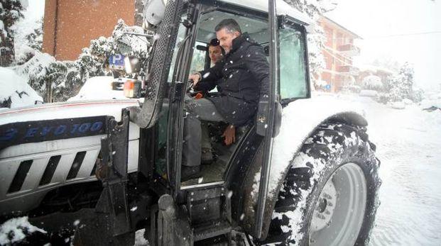 Il sindaco di Cesena Lucchi in azione ai tempi del nevone, nel febbraio del 2012