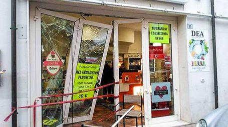Bellaria, la vetrina spaccata del negozio di telefonia (Foto Pasquale Bove)