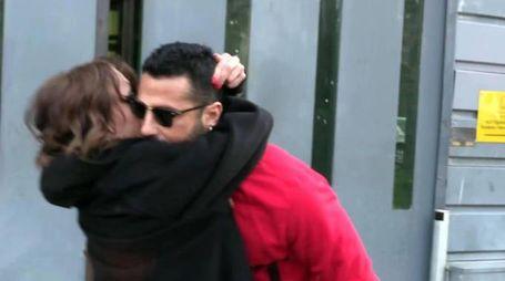 Fabrizio Corona esce dal carcere, l'abbraccio con la findanzata