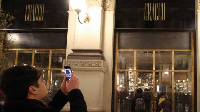 Foto con l'insegna dello chef e visi incollati alla vetrina del ristorante (Newpress)