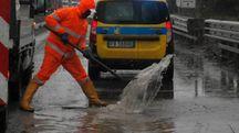 AL LAVORO Anas al lavoro per riparare le buche sull'Adriatica, riempitesi d'acqua