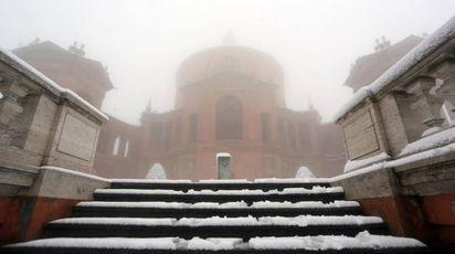 Bologna, la neve al santuario di San Luca (foto Ansa)