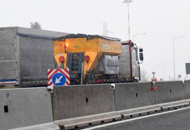 Iniziato il monitoraggio tecnico del territorio comunale e la conseguente salatura preventiva delle strade di collina (Foto Schicchi)