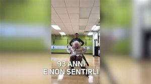 93 anni, la sua danza vi farà sbellicare dalle risate