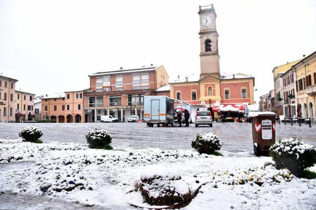 La magia della piazza con la neve (foto Fantini)