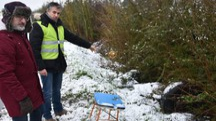 L'assessore Peperoni, primo da sinistra, mostra i rifiuti abbandonati (foto Fantini)