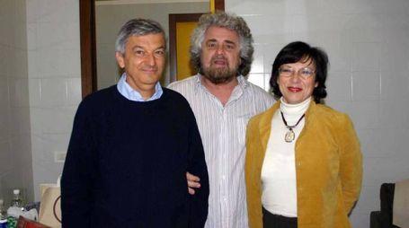 L'esperto di nanoparticelle Stefano Montanari insieme alla moglie e a Beppe Grillo
