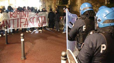 Gli agenti in tenuta antisommossa hanno evitato che gli antifascisti venissero  in contatto con Forza Nuova