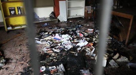 I libri bruciati all'interno del centro sociale (Fotolive)