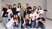 Antonella Clerici con il cast di Sanremo Young