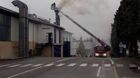 L'intervento dei vigili del fuoco sul camino incendiato (Newpress)