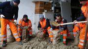Maltempo a Cesenatico, al lavoro per contrastare le piene dei canali (foto Ravaglia)