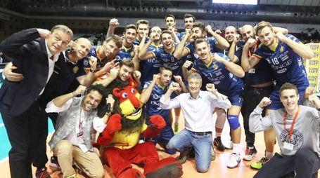 Luca Casadio al centro della foto fa festa assieme alla squadra dopo una vittoria