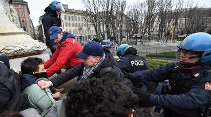 La polizia sgombera alcuni studenti saliti sul monumento di piazza Cairoli a Milano (Ansa)