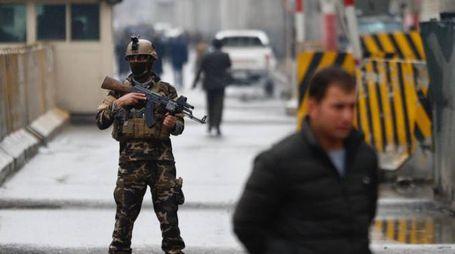 Kabul, un soldato davanti all'area dell'esplosione (Ansa)