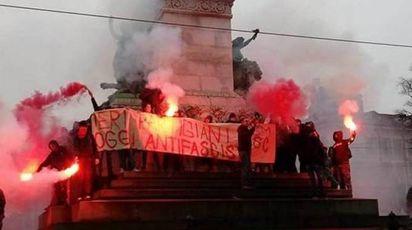 Protesta degli studenti in piazza Cairoli a Milano (Omnimilano)