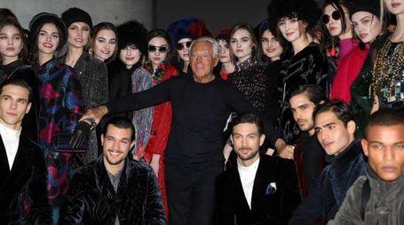 Giorgio Armani tra i suoi modelli al termine della sfilata milanese (Ansa)