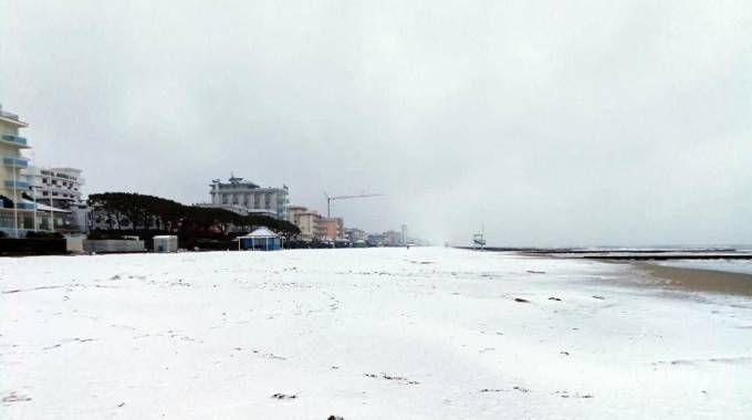 Previsioni meteo, arriva il gelo. Neve sulla spiaggia a Jesolo (foto Ansa)