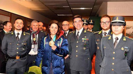 """Sofia Goggia accolta a Malpensa dalla """"sua"""" Guardia di Finanza (Ansa)"""