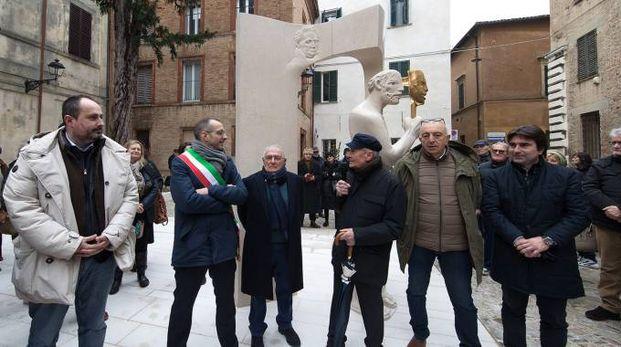 Pesaro, l'inaugurazione della statua di Vangi