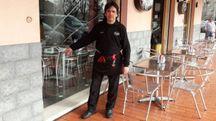 Paolo Calanca, titolare del bar, mostra i danni alla vetrina