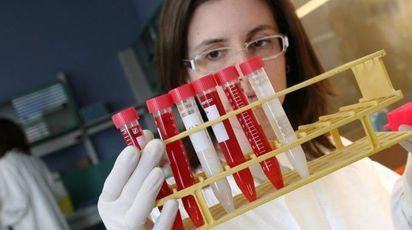 In un'immagine di repertorio, degli esami di laboratorio
