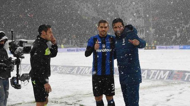 I capitani delle due squadre,  Buffon e Toloi (Lapresse)