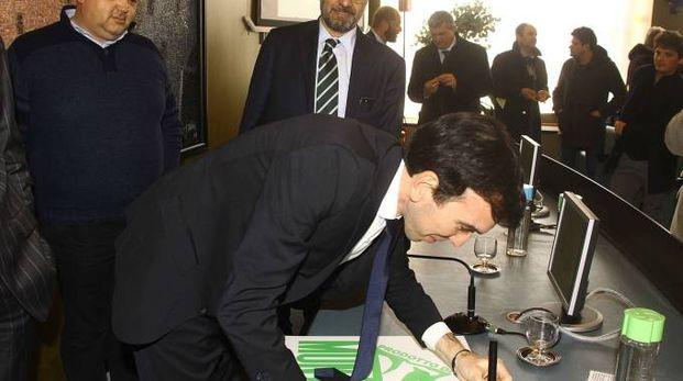 Il ministro Maurizio Martina firma il logo del nuovo marchio
